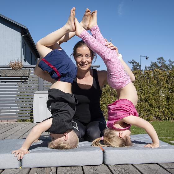 Bild på Jonna och hennes två barn som är utomhus.