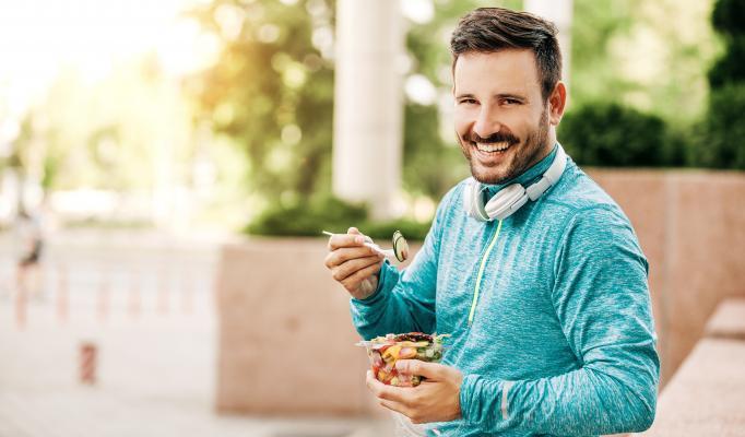 Man står med en salladsskål i handen