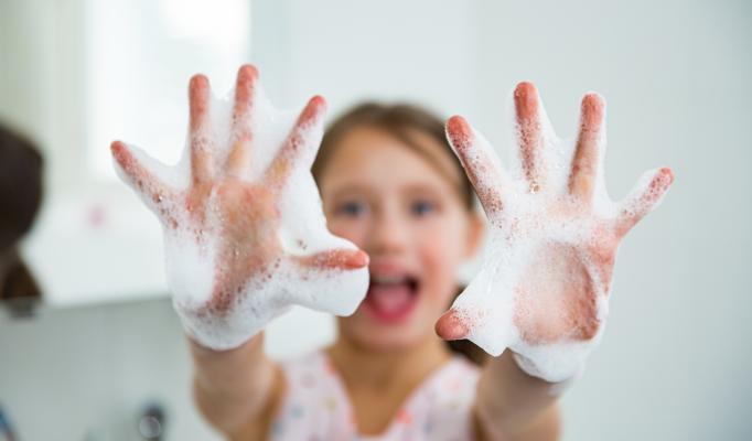 Flicka som tvättar händerna