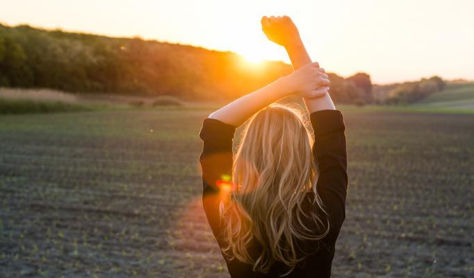 Kvinna i soluppgång