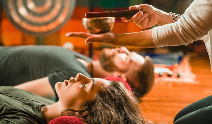 Kvinna ligger på golv och får reiki healing