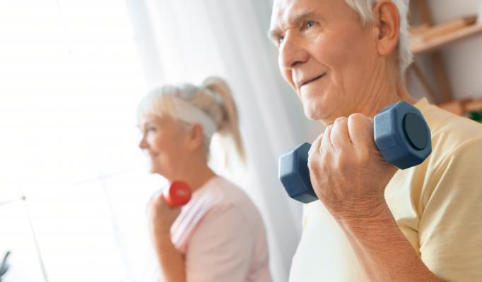 Kvinna och man styrketränar