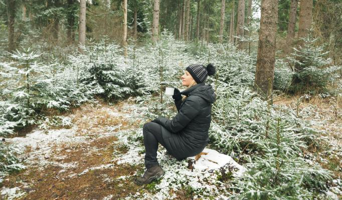 Kvinna sitter i en skog
