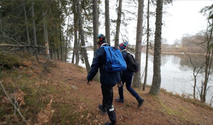 Två kvinnor vandrar i skog